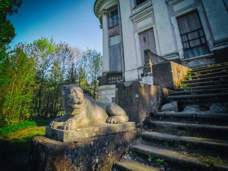 The manor house - front staircase with lions