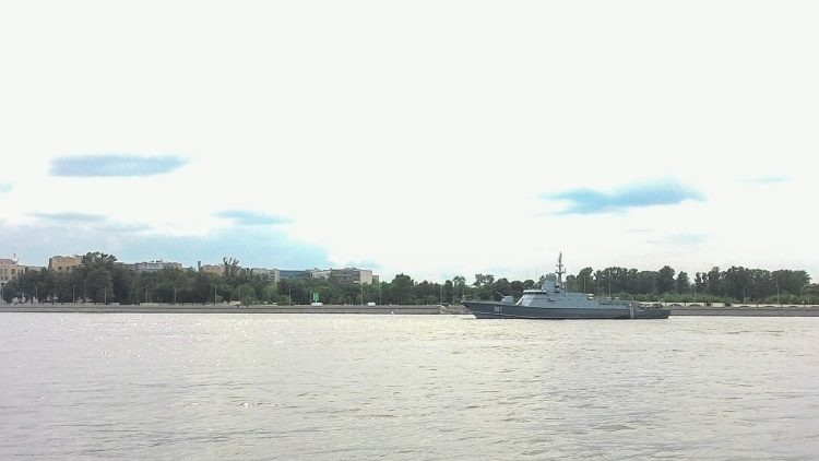 Parking of parade participants ships near Peter the Great's bridge